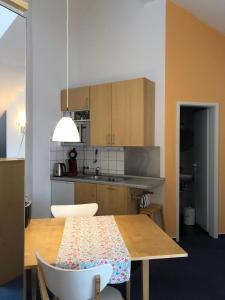 A kitchen or kitchenette at Apartmenthaus Somborn