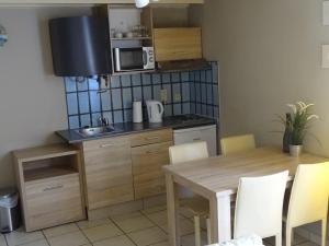 A kitchen or kitchenette at Condo Gardens Leuven