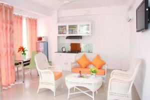 2A New Large Sunny 2 room Unit, 5 minutes Walk to the Beach