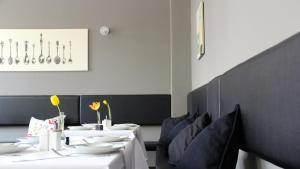 Ein Restaurant oder anderes Speiselokal in der Unterkunft Apartment Hotel Lindeneck