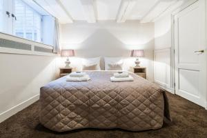 A bed or beds in a room at Short Stay Group Jordaan Noordermarkt Serviced Apartments Amsterdam