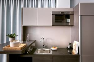 A kitchen or kitchenette at JOYN Munich Olympic