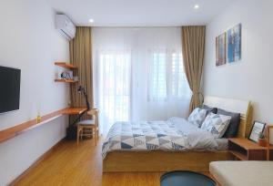 Retreat to a Sunlit Studio with balcony downtown Saigon