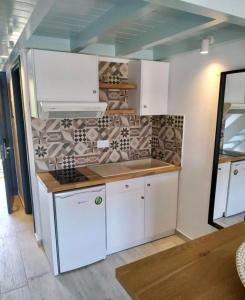 A kitchen or kitchenette at Megali Ammos House
