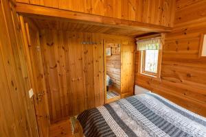 מיטה או מיטות בחדר ב-Sunndalsfjord Cottages Fredsvik