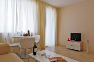 Een TV en/of entertainmentcenter bij Emberli Aparthotel