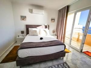 A bed or beds in a room at Apartment Jardins da Rocha 22