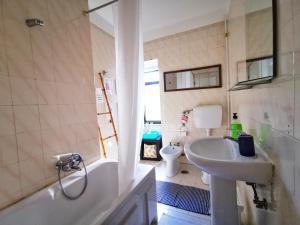 A bathroom at Sintra Central Flat