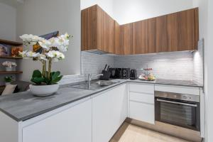 A kitchen or kitchenette at Milan Royal Suites - Centro