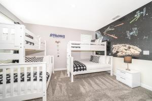 A bunk bed or bunk beds in a room at (JF2730) Storey Lake Home 5/5, Private Pool & Free Waterpark