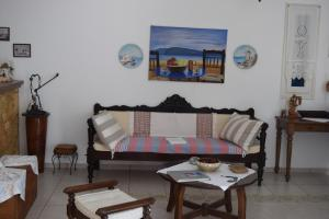 A seating area at Paraporti