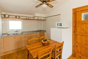 Een keuken of kitchenette bij Apartamentos Sa Caleta