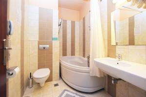 A bathroom at Esmeralda Hotel