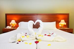 A bed or beds in a room at Esmeralda Hotel