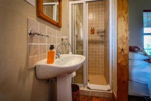 A bathroom at Berluda Farmhouse and Cottages