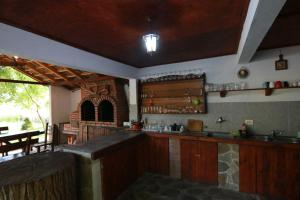 A kitchen or kitchenette at La Livada