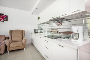 A kitchen or kitchenette at RentPlanet - Apartamenty Kamieniec