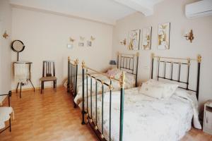 Cama o camas de una habitación en Apartamentos y Estudios Rurales La Vera