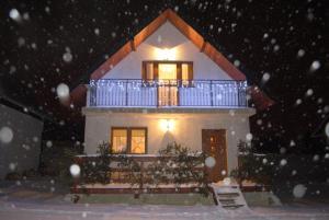 Domki Nad Jeziorem during the winter