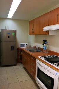 Una cocina o zona de cocina en Puerta Alameda Suites