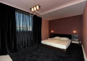 A bed or beds in a room at Heaven Lux Apartments