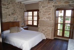 A bed or beds in a room at Casa do Seixal