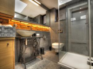 A bathroom at Apartamenty Snow & Fun