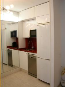 A kitchen or kitchenette at Enric Granados 15