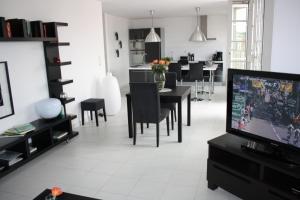 Een TV en/of entertainmentcenter bij Gîte touristique du Couvent