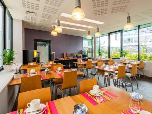 A restaurant or other place to eat at Lagrange Apart'Hotel Paris-Boulogne