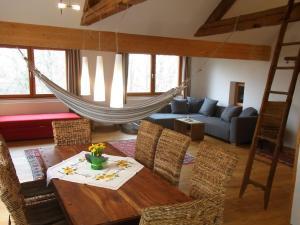 Ein Sitzbereich in der Unterkunft Ferienwohnung Siloblick