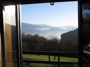 Vista generica sulle montagne o vista sulle montagne dall'interno dello chalet