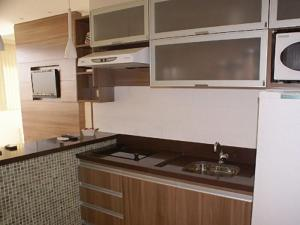A kitchen or kitchenette at Duplex Apto Setor Hoteleiro Norte