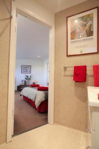 A bed or beds in a room at Northgate House Apartment