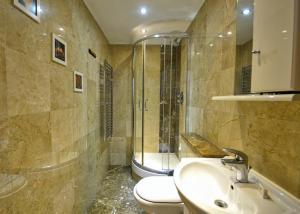A bathroom at Hyde Park Apartments