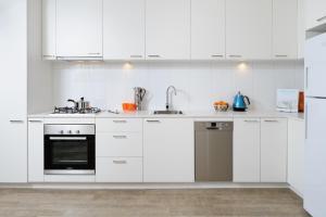 A kitchen or kitchenette at Park Avenue - IKON Glen Waverley
