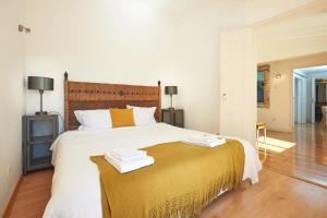 Łóżko lub łóżka w pokoju w obiekcie Portugal Ways Bairro Alto Apartments