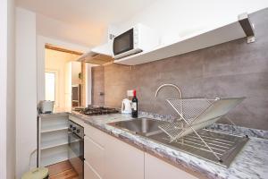 Kuchnia lub aneks kuchenny w obiekcie Portugal Ways Bairro Alto Apartments