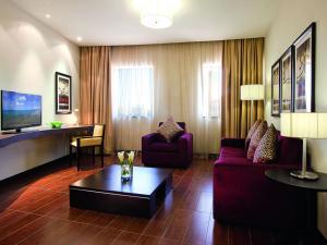 Гостиная зона в Mövenpick Hotel Apartments Al Mamzar Dubai