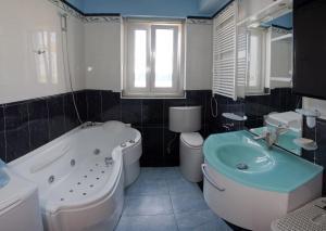 Un baño de Apartments Tudor