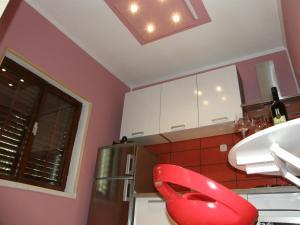 A kitchen or kitchenette at Apartments Cebalo - Ekonomija