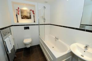 A bathroom at Parkhill Luxury Serviced Apartments - City Centre Apartments