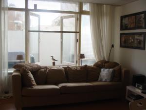 Ein Sitzbereich in der Unterkunft Suite44 Bed & Beach Scheveningen