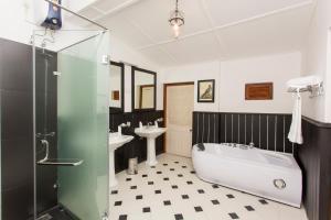 A bathroom at Mountbatten Bungalow - Kandy