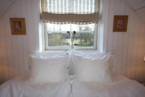 A bed or beds in a room at Hallagärde Gård