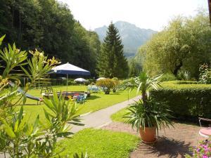 A garden outside Aparthotel Alpenpark