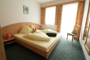 A bed or beds in a room at Aparthotel Alpenpark