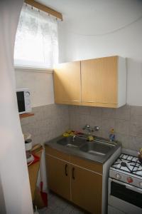 A kitchen or kitchenette at ABCD Apartmanház