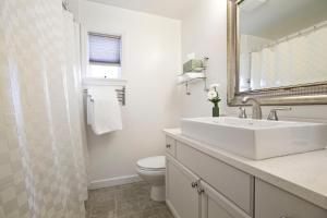 A bathroom at Alma Beach Manor