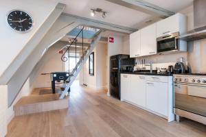 Кухня или мини-кухня в Cityden Canal Serviced Apartments
